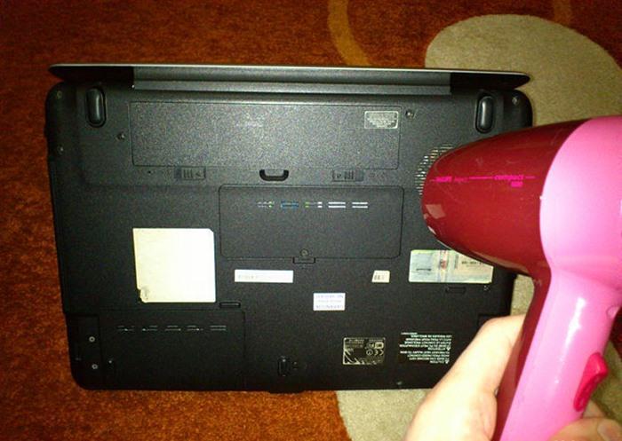 Sấy cả mặt sau của máy tính xách tay. Sau đó, khi bạn đã chắc chắn không còn chút chất lỏng nào trong laptop của mình, có thể đợi sang ngày mai mới mở máy lên lần nữa, máy sẽ hoạt động bình thường như cũ.
