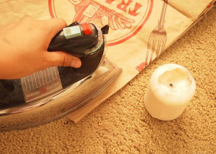 Bạn dùng bàn ủi ủi chầm chậm lên túi giấy ở vị trí có vết sáp, vết sáp chảy ra sẽ thấm vào túi giấy. Khi ủi được vài phút, bạn cần di chuyển túi giấy để vết sáp được hút sạch ra khỏi thảm, thấm vào túi giấy, không thấm ngược lại thảm và không để bàn ủi ở một vị trí quá lâu, làm vậy có thể sẽ làm cháy túi giấy hoặc thảm của bạn đấy.