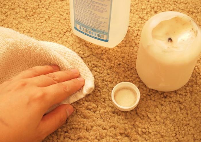 Nếu vết sáp mới dính lên thảm, sau khi làm sạch vết sáp, bạn cần lau lại thảm với một chút cồn. Bạn cũng có thể đặt một mảnh vải lên vị trí thảm đã dính vết bẩn, dùng bàn ủi ủi lên mảnh vải, bạn nhớ chọn chế độ ủi hơi nước. Khi đó những vết bẩn còn sót lại sẽ thấm vào mảnh vải, thảm của bạn sẽ được làm sạch.