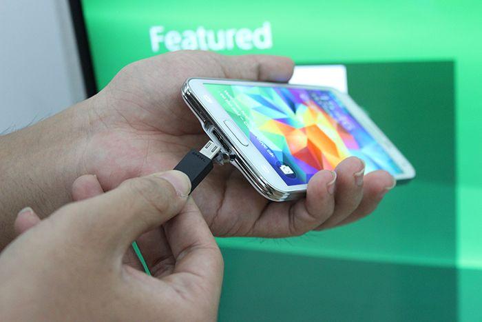 Kết nối tivi và smartphone Samsung thông qua dây cáp MHL