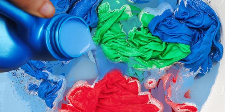 Quần áo bị vết bẩn xanh khi giặt máy