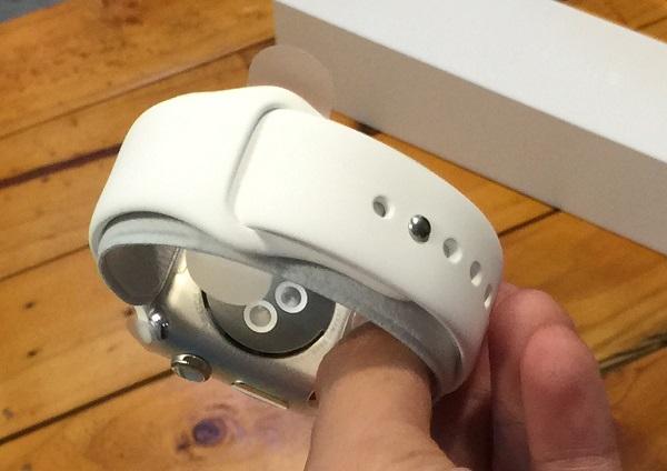 Apple Watch với dây đeo màu trắng