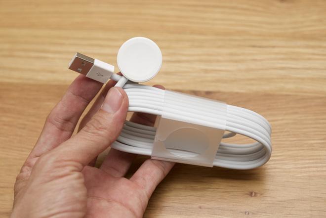Sợi cáp sạc khá dài có mặt đế sạc kết nối bằng nhựa