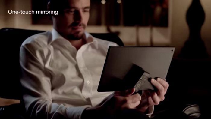 Chạm remote tivi vào máy tính bảng để kích hoạt NFC