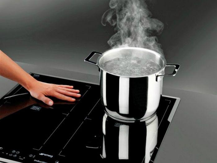 Không nên chạm tay vào mặt bếp khi đang nấu