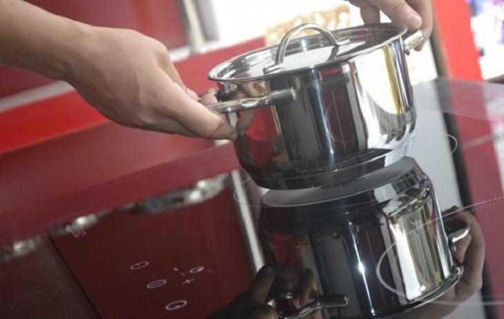 Không nên kéo lê vật dụng trên mặt bếp gây trầy xước