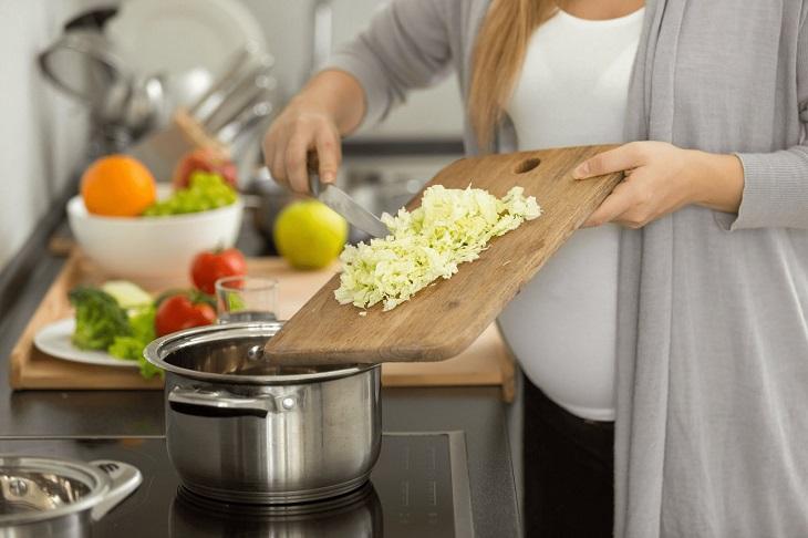 Người bị bệnh não và phụ nữ mang thai hạn chế dùng bếp từ nhiều