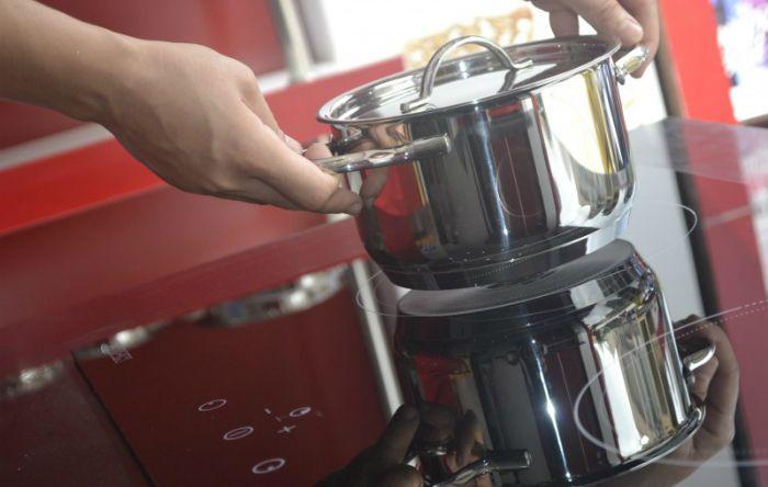 Đặt nồi lên bếp nhẹ nhàng bằng hai tay tránh gây trầy mặt bếp