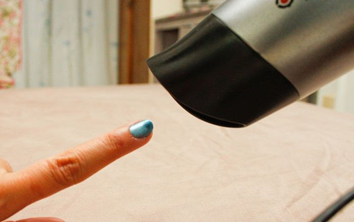 Cuối cùng, bạn thiết lập lại tốc độ thấp và sấy cho lớp sơn trên mỗi ngón tay khô hoàn toàn trong khoảng 30 giây nhé.