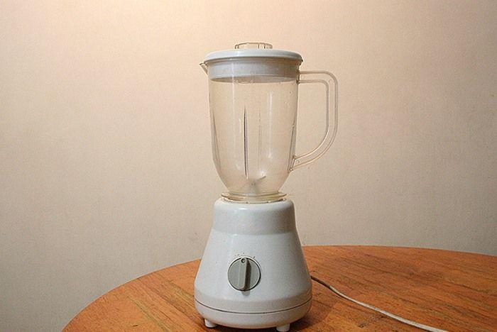 Bước 1: Bạn đặt cối xay vào máy, nhớ chú ý đặt đúng khớp để máy xay sinh tố vận hành tốt bạn nhé.