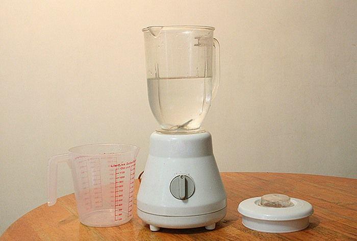 Bước 2: Thêm nước vào cối, một lượng vừa đủ như trong hình.