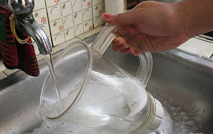 Bước 8: Rửa sạch cối xay, nắp cối dưới vòi nước.