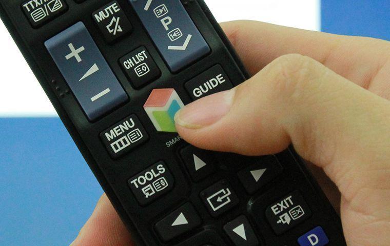 Nhấn nút SMART HUB trên remote