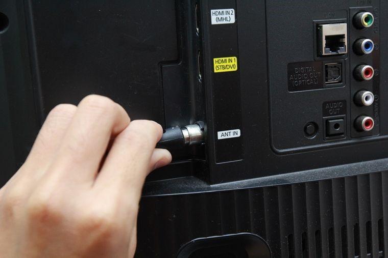 Lắc nhẹ đầu cáp kết nối với màn hình ở cổng ANT IN khi tivi bị sọc