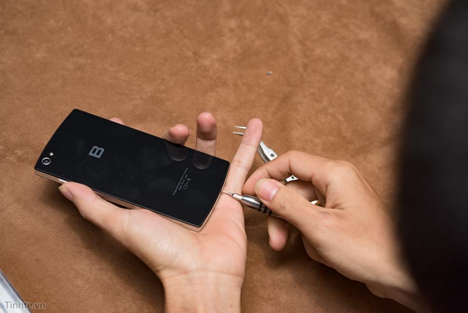 2 ốc phía dưới để mở máy, ốc lục giác kiểu iPhone nhưng lớn hơn, bạn chỉ cần đẩy nắp lên là mở được nắp ra