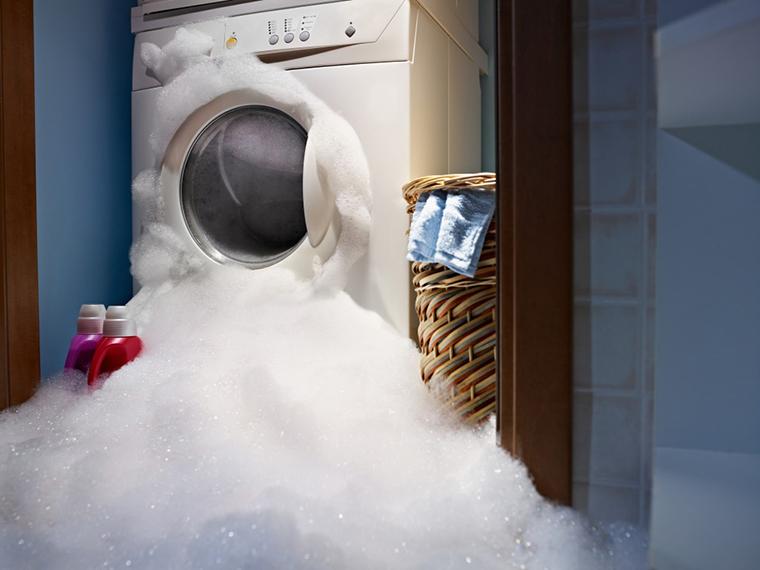 Cho quá nhiều bột giặt có thể làm bọt trào ra ngoài và làm hư hỏng má