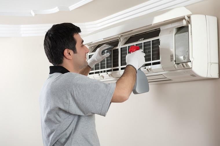 Vệ sinh máy lạnh thường xuyên để giảm thiểu tình trạng máy hoạt động gây tiếng ồn