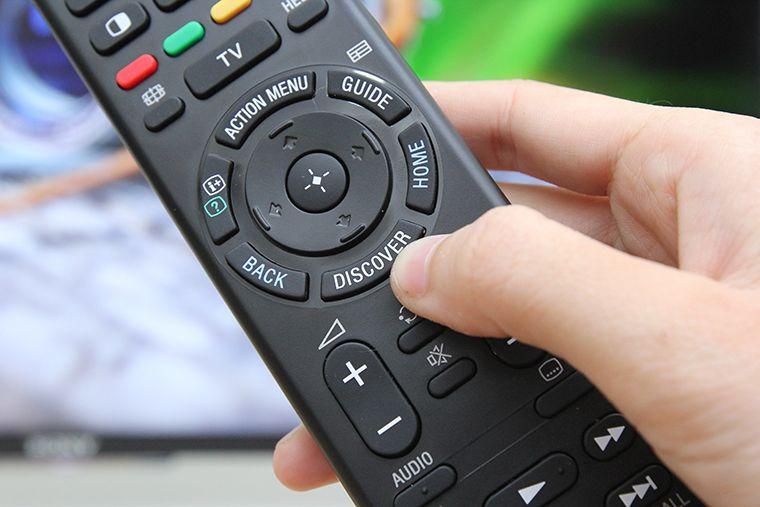 Nhấn DISCOVER trên remote