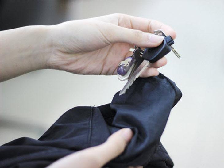 Kiểm tra vật dụng còn sót lại trong quần áo trước khi giặt