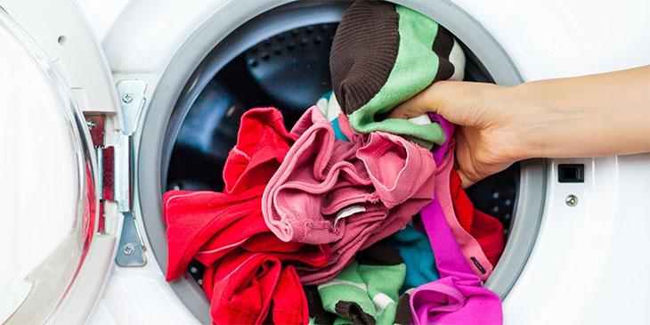 Quần áo nên được phần loại và bỏ rời từng cái vào máy giặt