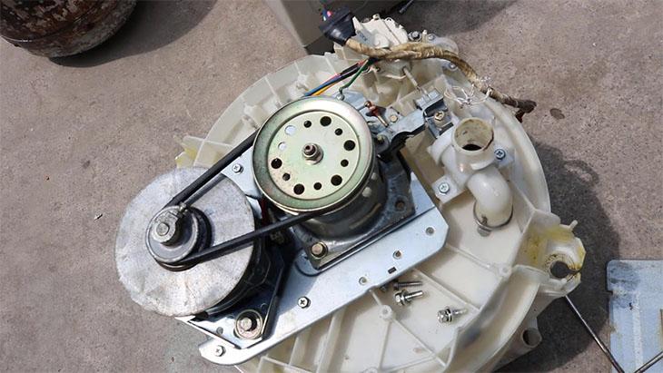 Bộ phận cốt và bạc đạn máy giặt bị vỡ có thể gây rung lắc mạnh