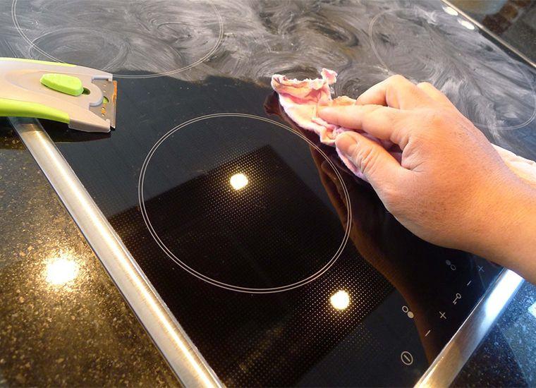 Dùng miếng vải ướt lau chùi mặt bếp ngay sau khi nấu