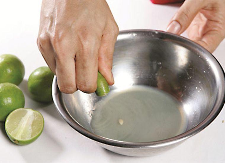Nên vắt 1 hay 2 trái chanh vào thau nhỏ rồi dùng vải thấm vào