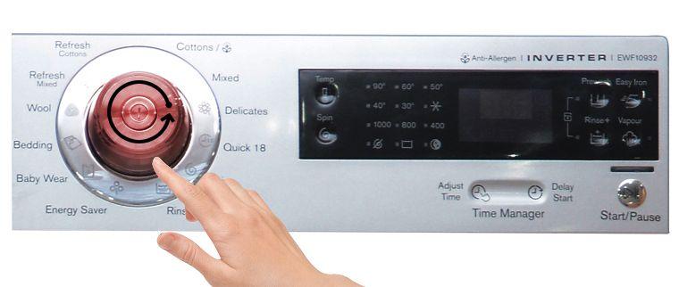 Xoay nút để chọn chương trình giặt cũng như mở nguồn