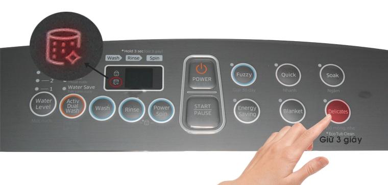 Bấm giữ nút Delicates trong 3 giây chế độ Eco Tubo Clean (Làm sạch lồng giặt)