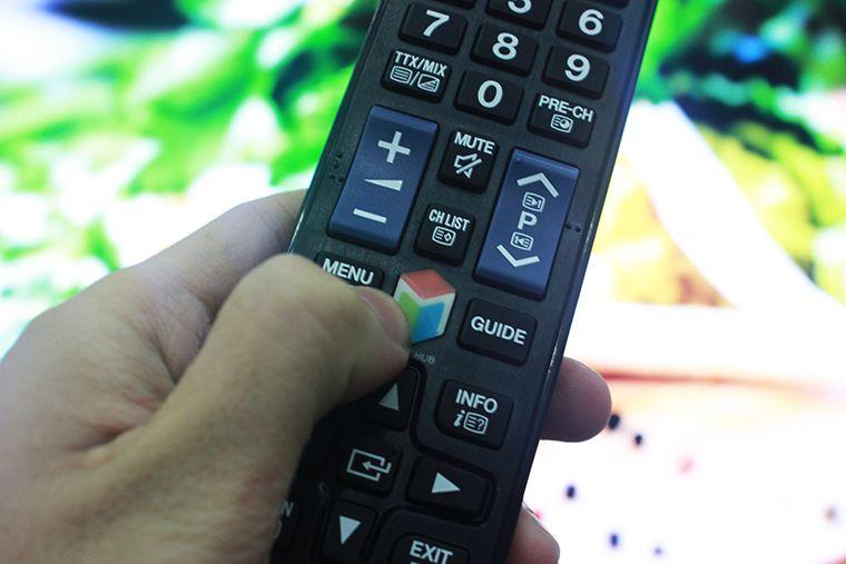 Nhấn nút SMART HUB trên điều khiển