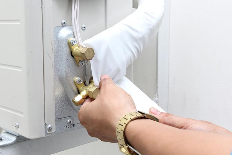 Quấn cách nhiệt cho van gas và môi chất trên giàn nóng
