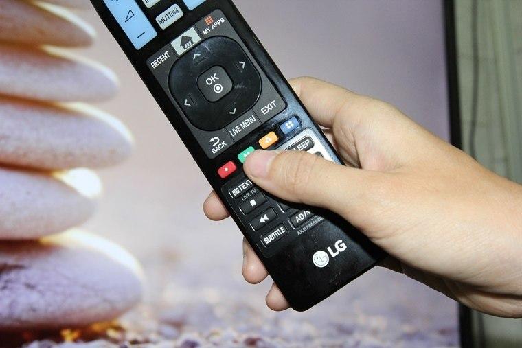 Nhấn nút màu xanh trên remote