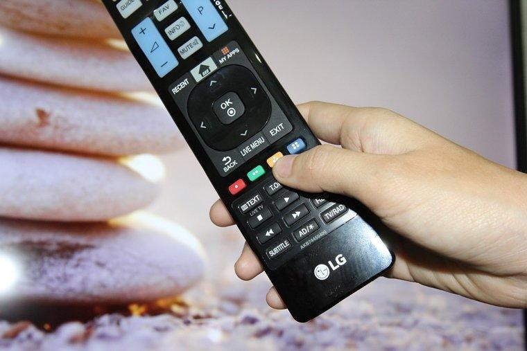 Nhấn nút màu vàng trên remote