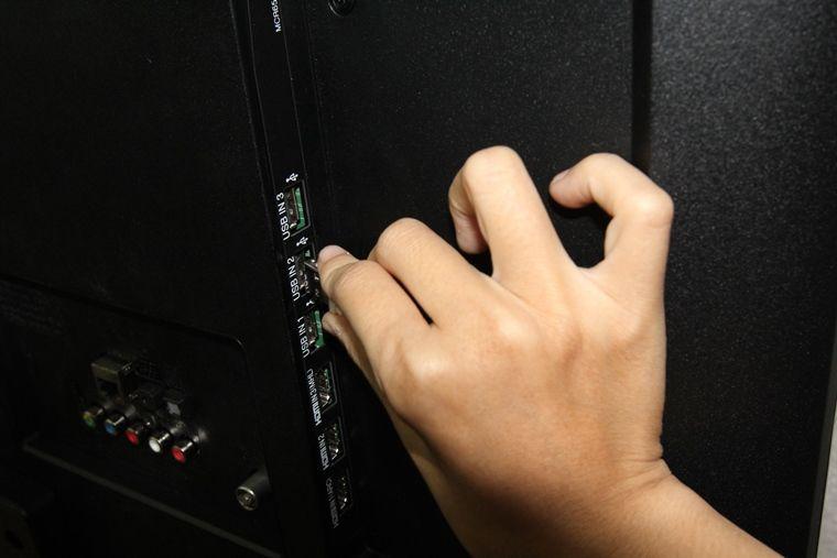 Cắm dây chuột vào cổng USB