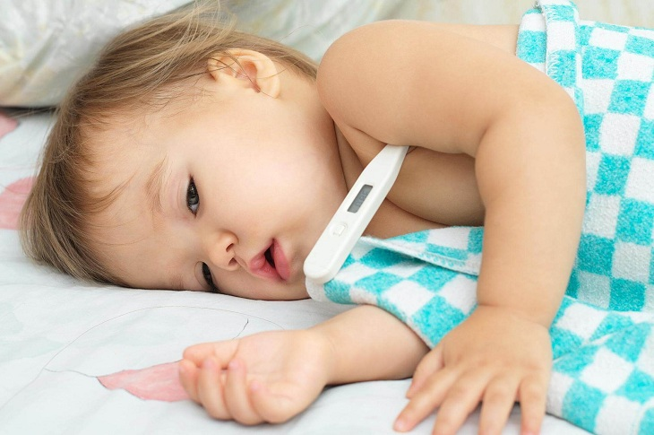 Đưa tẻ ra ngoài đột ngột có thể khiến trẻ bị sốc nhiệt, ho, sốt