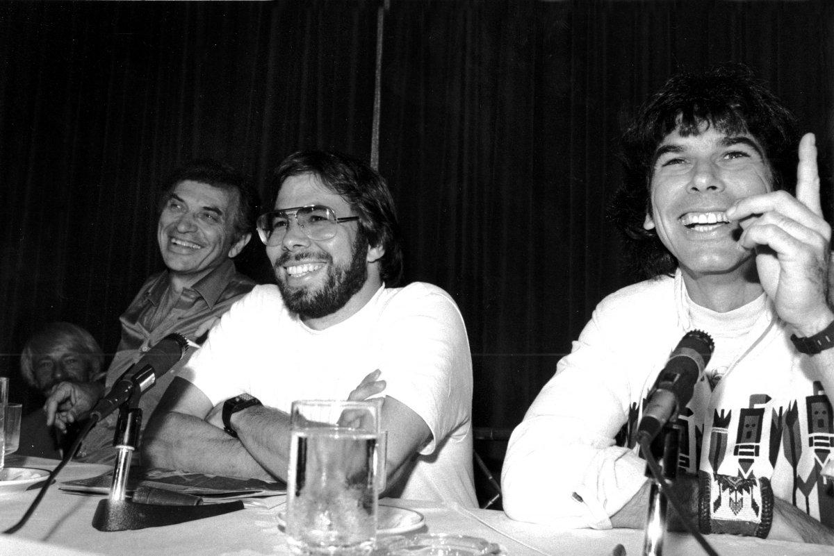 Wozniak cũng rời bỏ Apple sau Jobs