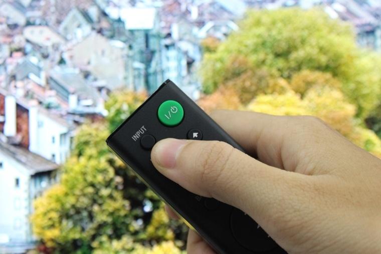 Nhấn nút INPUT trên remote