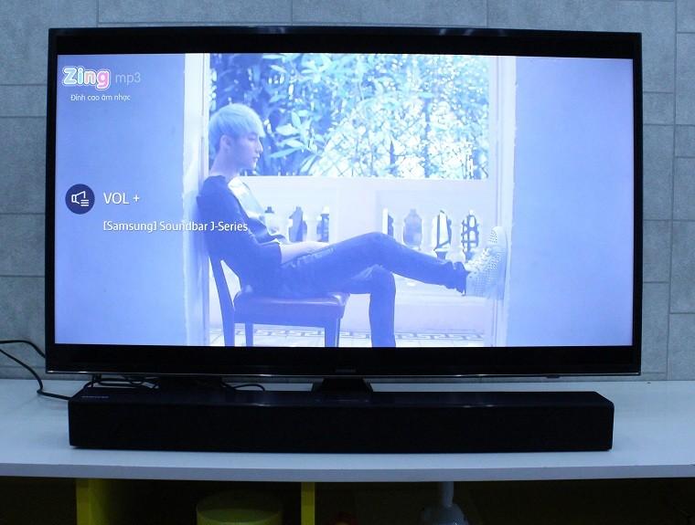 Mở một bài hát và âm thanh được phát ra trên loa thanh Samsung