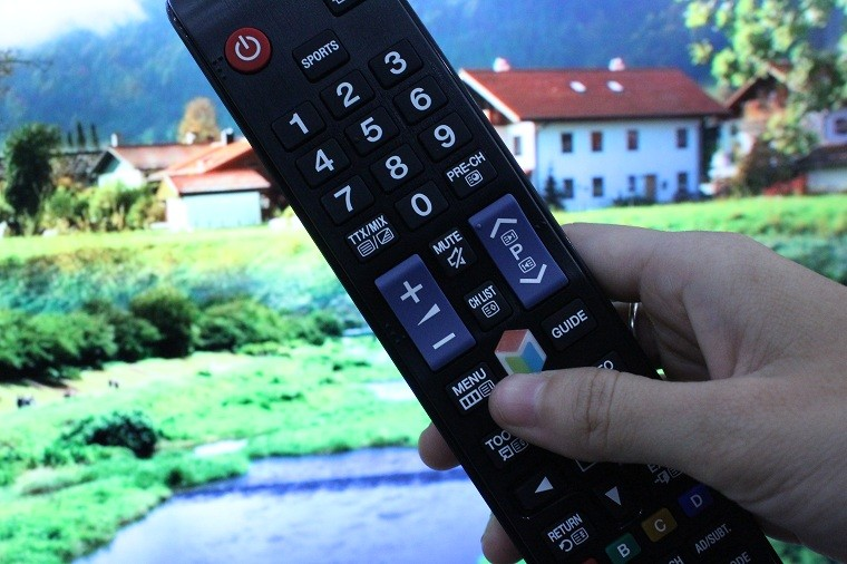 Nhấn nút MENU trên remote