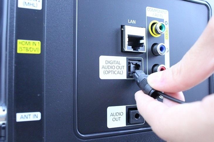 Gắn dây Optical vào cổng DIGITAL AUDIO OUT (OPTICAL)trên tivi