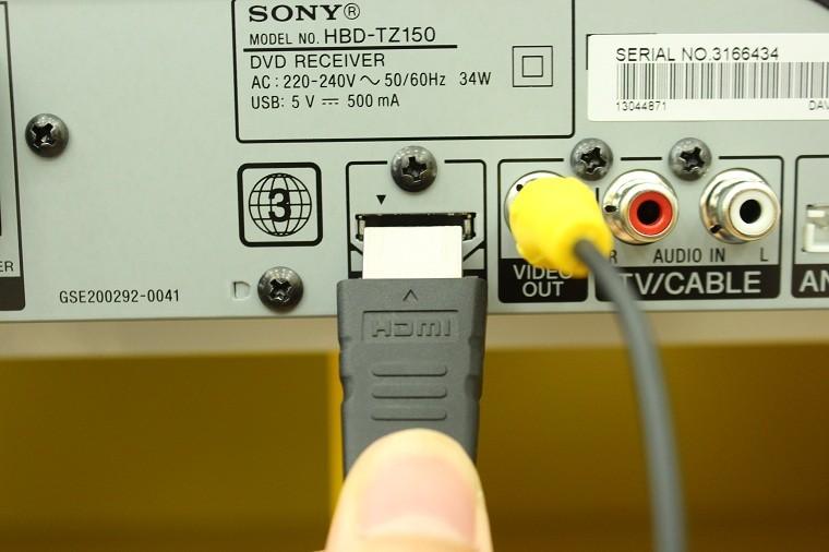 Cắm dây HDMI vào cổng HDMI OUT trên đầu đĩa