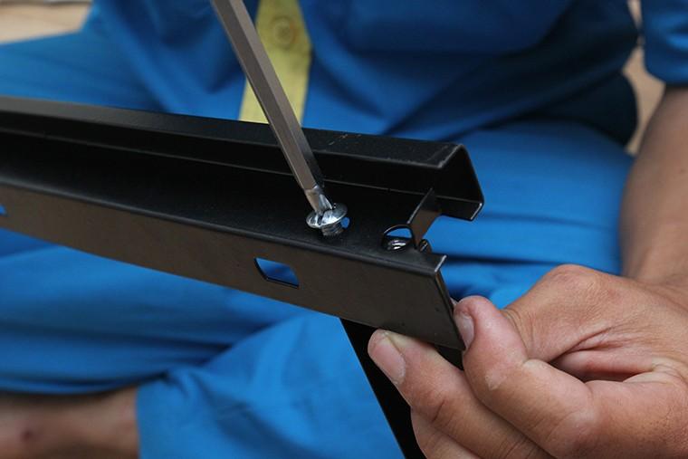 Dùng ốc siết chặt để cố định khung giá treo