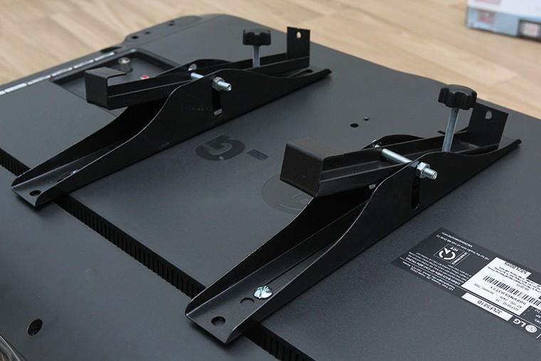 Lắp đặt giá đỡ và ốc điều chỉnh độ nghiêng của tivi