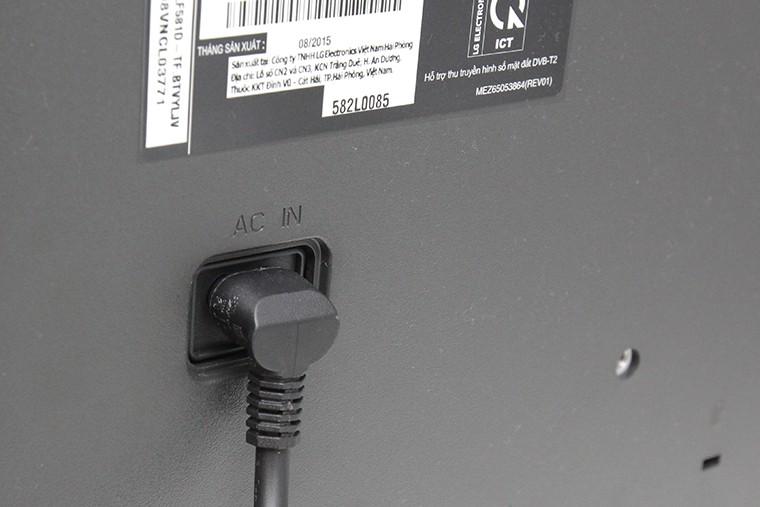 Cắm trước một đầu dây điện vào tivi (không cấp điện)