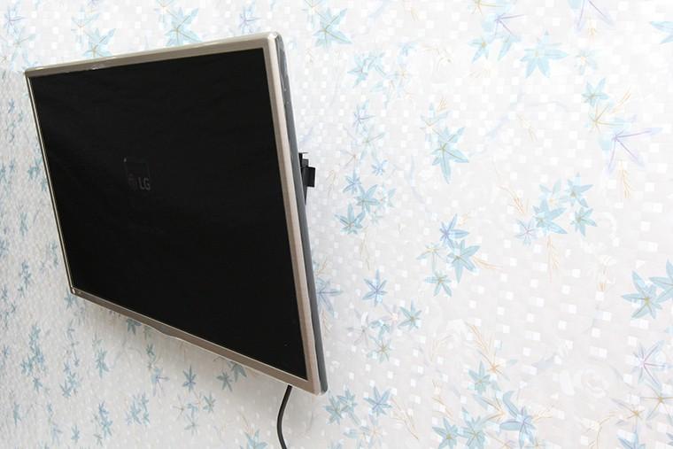 Hoàn thành việc treo tường tivi bằng giá treo nghiêng
