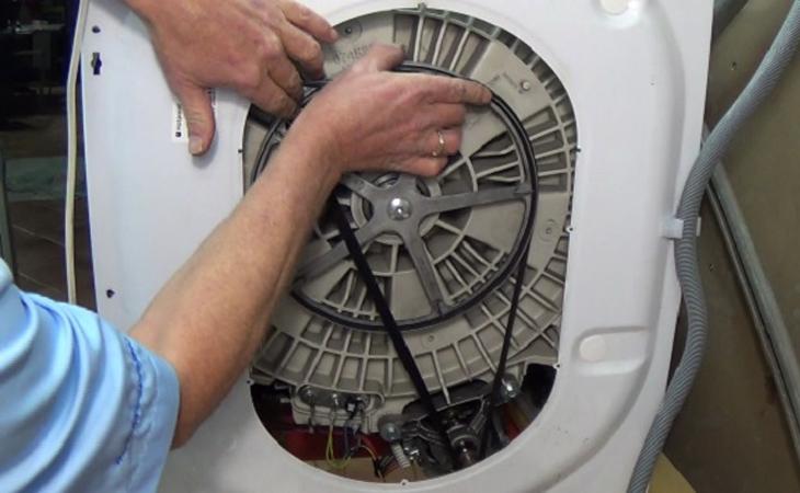 Bước 6: Tháo kẹp nối khớp cao su đồng thời vệ sinh vành đai ổ đĩa và các thiết bị sạch sẽ