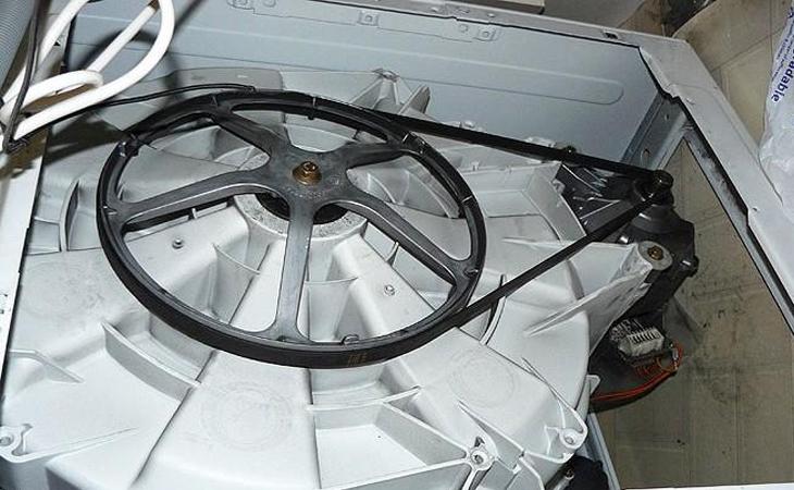 Bước 4: Đặt máy xuống miếng lót với vị trí dễ dàng thay dây curoa nhất.