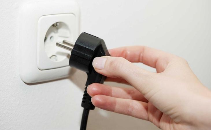 Bước 1: Ngắt kết nối dòng điện với thiết bị để bảo đảm an toàn, tránh những tai nạn đáng tiếc xảy ra