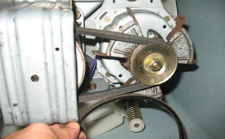Bước 9: Kiểm tra và gắn lại các khớp nối cao su và các kẹp trên vành đai máy giặt.