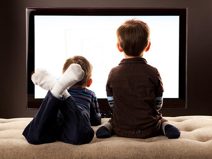 Không để trẻ xem tivi ở khoảng cách gần